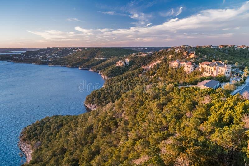 Luxushäuser auf der Küste von See Travis in Austin, Texas lizenzfreies stockfoto