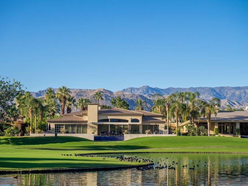 Luxushäuser entlang einem Golfplatz in Palm Desert stockfotografie