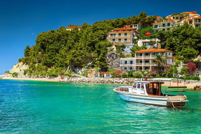 Luxushäuser mit touristischem Boot im Hafen, Brela, Dalmatien, Kroatien lizenzfreies stockbild