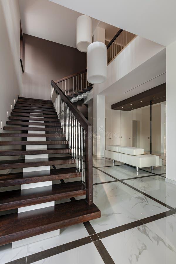 Luxushalleninnenraum mit Treppenhaus lizenzfreies stockbild