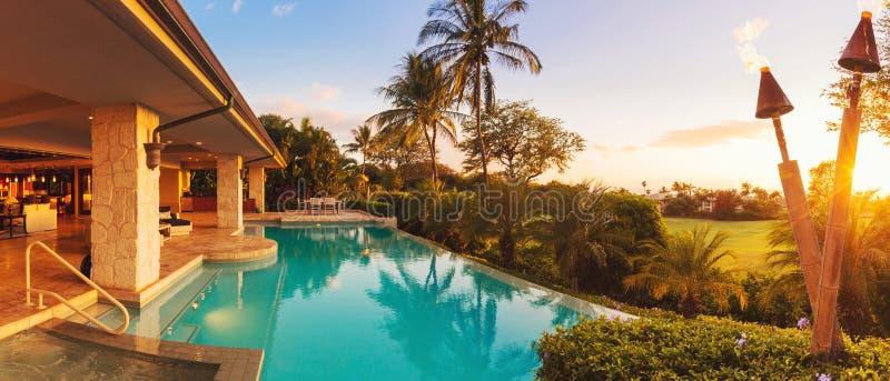 Luxushaus mit Pool bei Sonnenuntergang lizenzfreies stockfoto