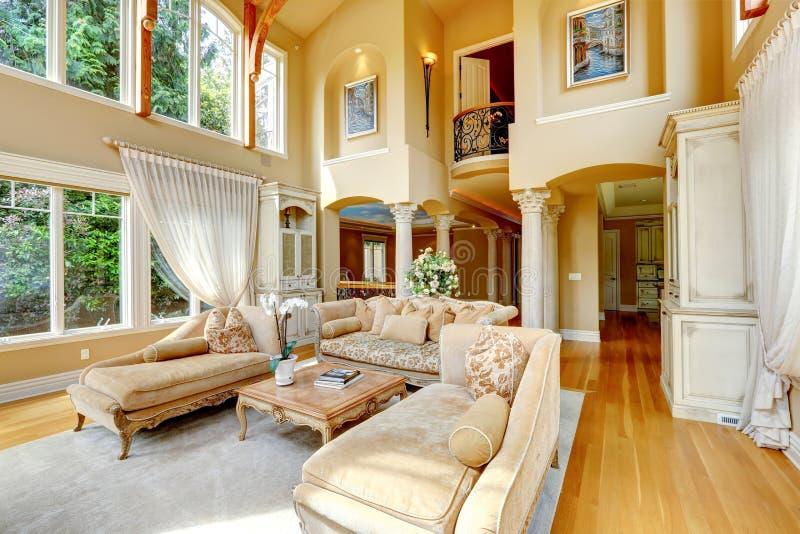 Luxushausinnenraum. Wohnzimmer lizenzfreies stockbild