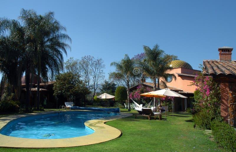 Luxushotel mit Swimmingpool stockbilder