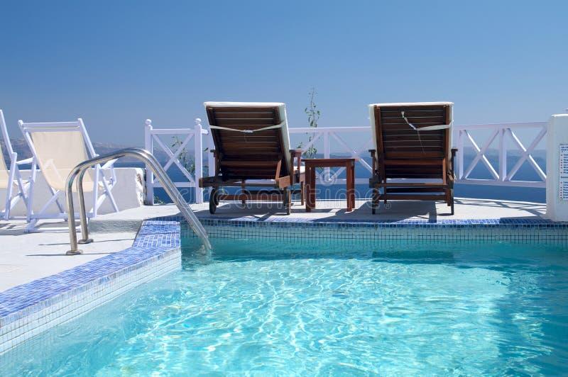 LuxushotelSwimmingpool lizenzfreie stockfotos