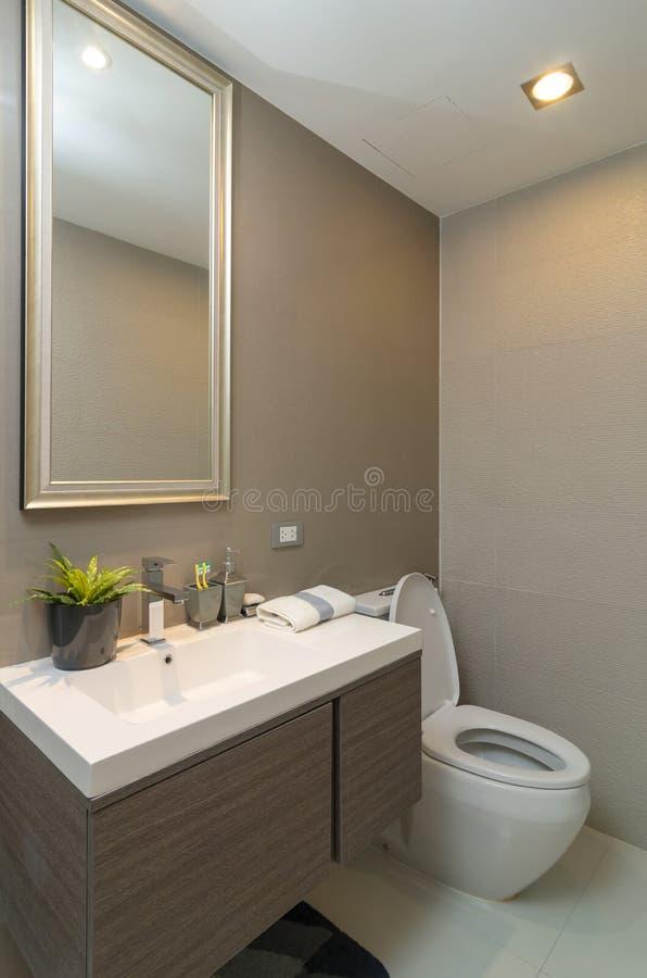 Luxusinnenbadezimmer oder Toilette mit Wurmlicht stockbilder