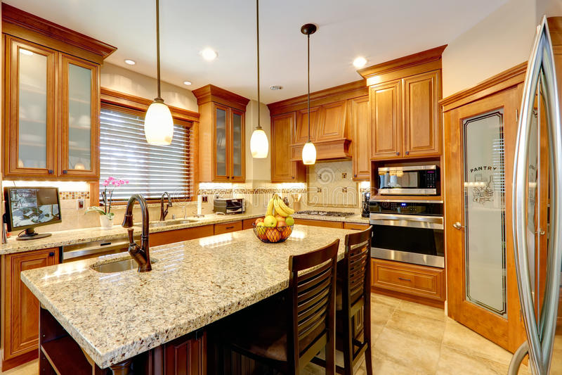 Luxusküchenraum mit Marmorgegeninsel stockfotos