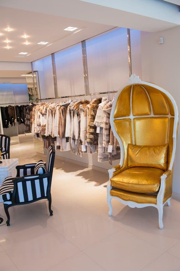 Luxuskleidung und Pelze in einem Kleinmodespeicher lizenzfreie stockfotos