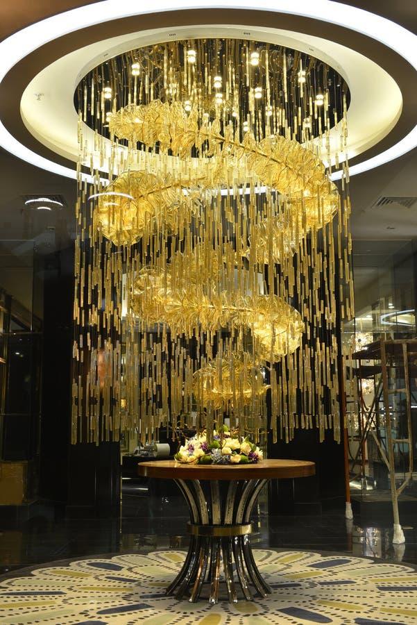 Luxuskristallleuchterbeleuchtung in der Shophalle stockbilder