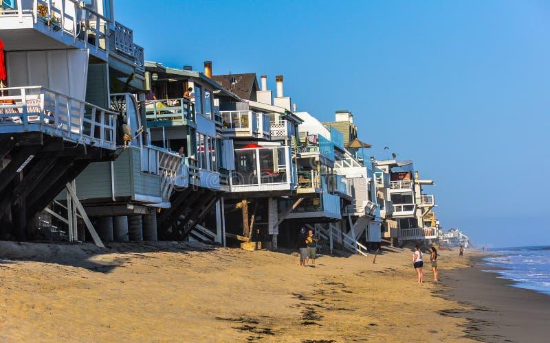 Luxuslandhäuser auf der felsigen Küste von Malibu lizenzfreie stockbilder