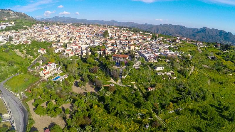 Luxuslandhäuser in der Höhenkurortstadt, schöne grüne Landschaft, Vogelperspektive stockfoto