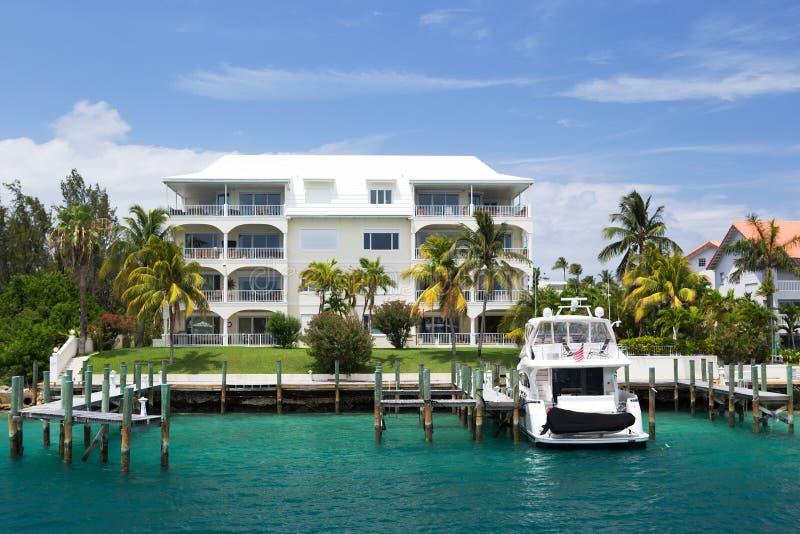 Luxuslandhaus und Yacht, Paradies-Insel, Nassau, die Bahamas lizenzfreie stockfotos