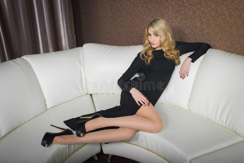 Luxusmädchen im Abendkleid in den schönen Einstellungen lizenzfreie stockbilder