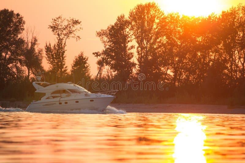 Luxusmotorboot bei Sonnenuntergang lizenzfreies stockbild