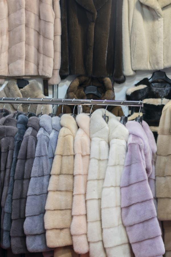 Luxusnerzm?ntel Rosa, grau, dunkelgrau, Perlenfarbpelzm?ntel auf Schaukasten des Marktes Bestes Geschenk f?r eine Frau oberbeklei stockfoto