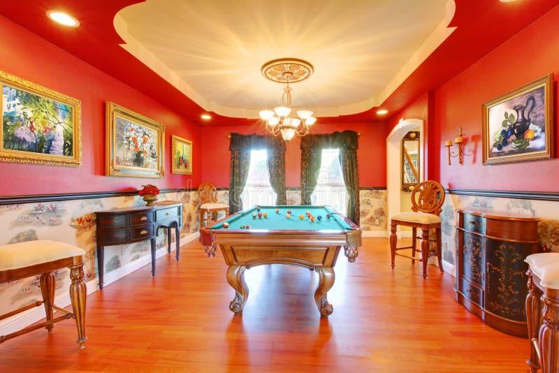 Luxusraum des roten Billard mit Spielpool. lizenzfreies stockbild