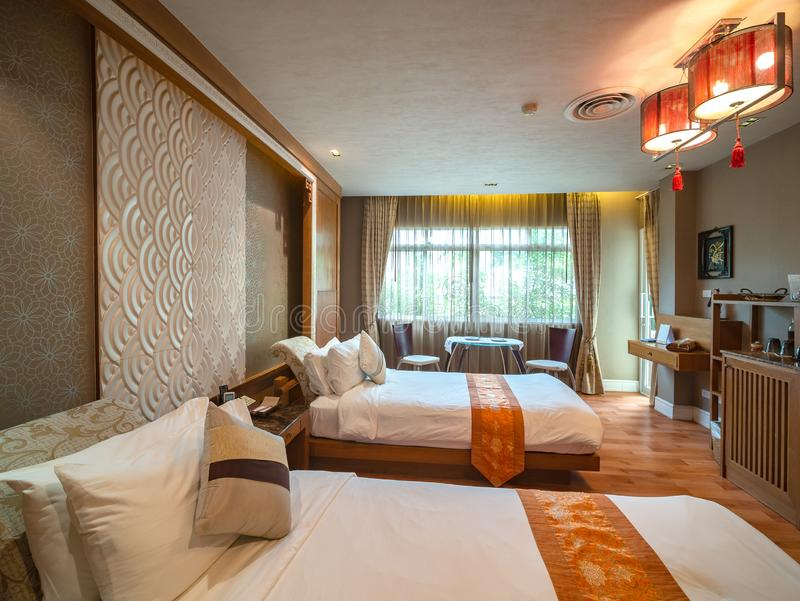 Luxusraum mit Bett mit Weinlesedekoration, chinesische Art lizenzfreies stockfoto