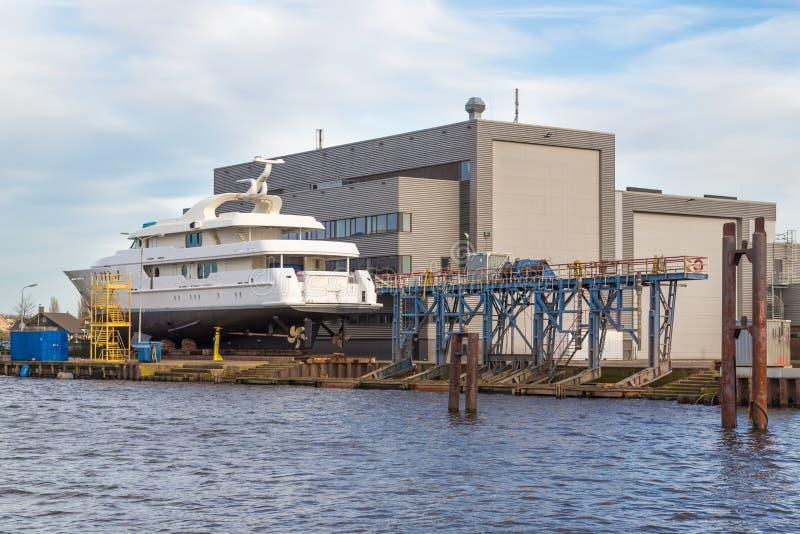 Luxusreiseflugboot an einer Werft in den Niederlanden lizenzfreie stockfotografie
