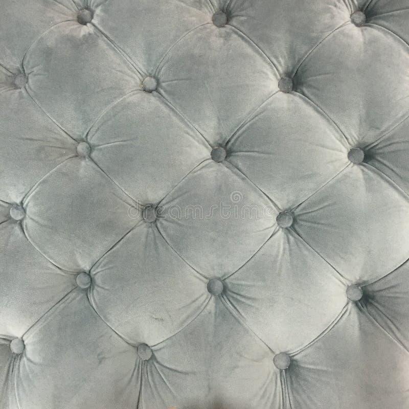 Luxussamtpolsterungsgewebekissen mit Knöpfen im Grau stockbilder