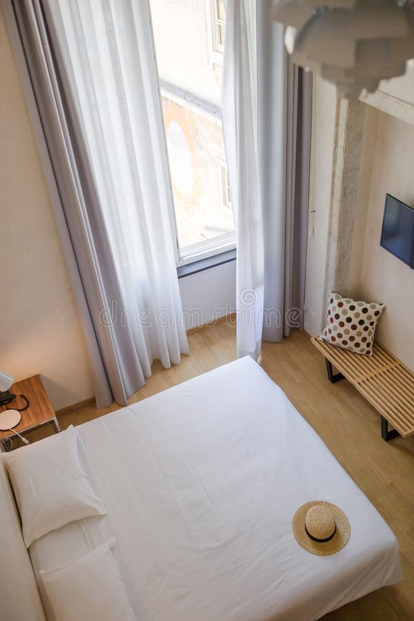 Luxusschlafzimmer im gemütlichen Boutiquehotel stockbild