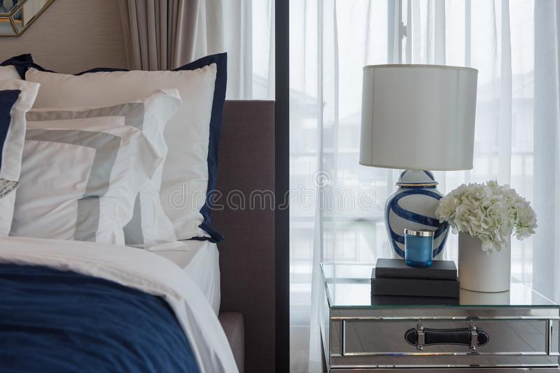 Luxusschlafzimmer im Indigoblauton lizenzfreie stockfotografie