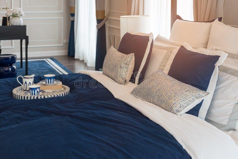 Luxusschlafzimmer im Indigoblauton stockfotografie