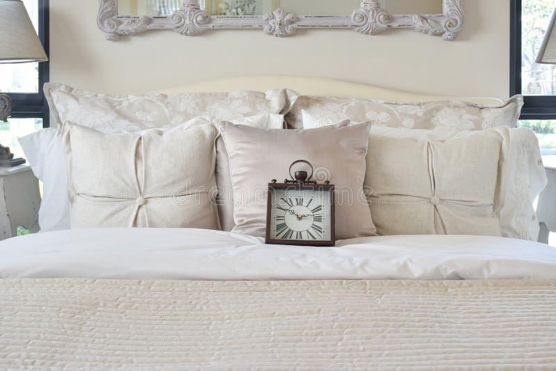 Luxusschlafzimmer mit klassischem Artwecker auf Bett stockfoto