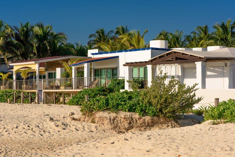 Luxusstrandhäuser entlang den Sanddünen stockfotos