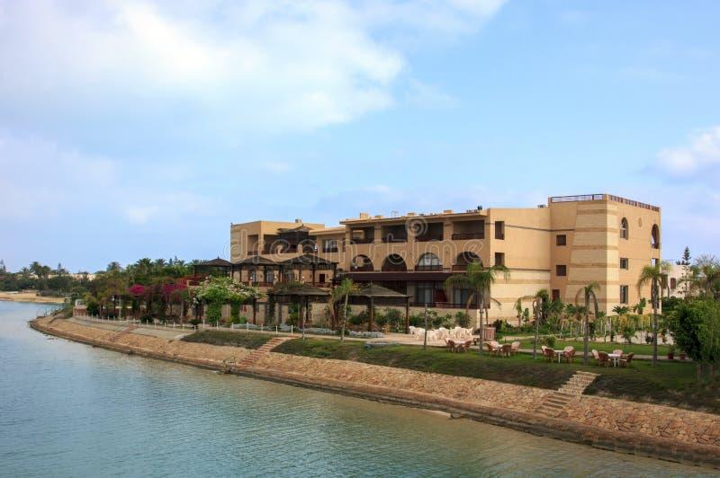 Luxusstrandhäuser im See mit blauem Himmel lizenzfreies stockfoto