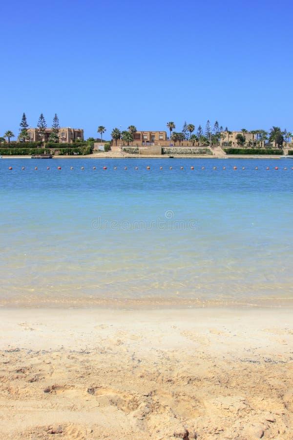 Luxusstrandhäuser mit Meerwasser stockfotos