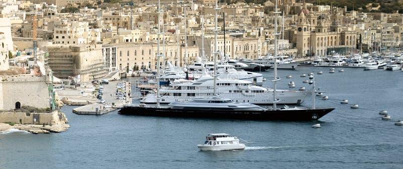 Luxussuperyachten festgemacht bei Manoel Island stockfoto