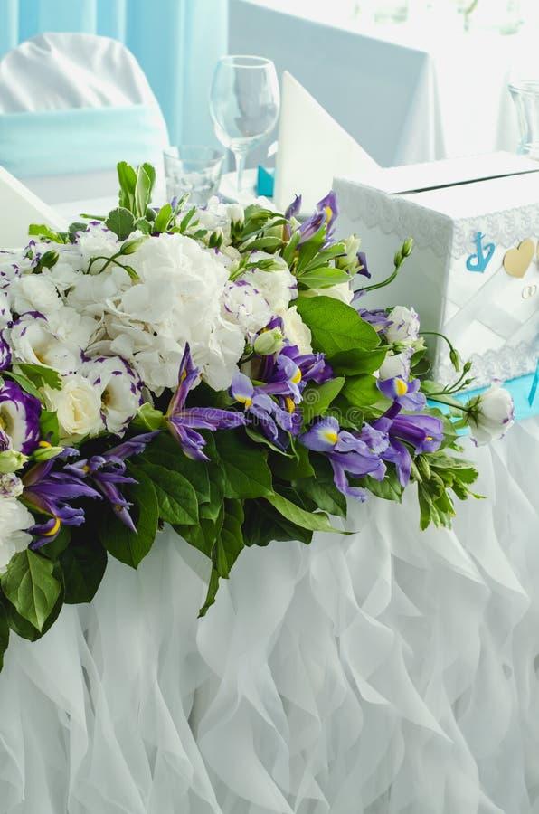 Luxustabelle schön, reiche Dekoration mit üppigen Blättern, weiße Hortensie, empfindliche Sahnerosen, purpurroter Eustoma, blau lizenzfreie stockfotografie