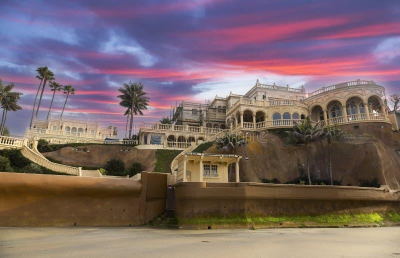 Luxusufergegend-Villa und drastische Sonnenuntergang-Himmel-La- Jollaufer San Diego lizenzfreies stockbild