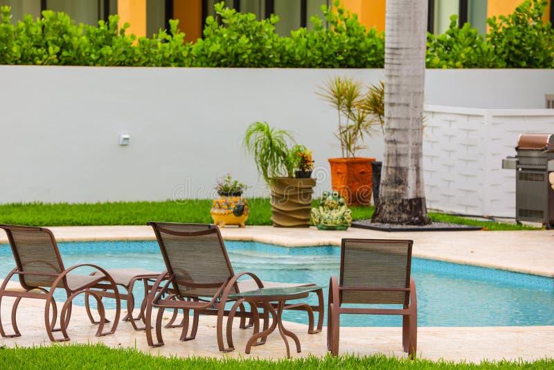Luxusvillenhaus mit Pool stockfotos