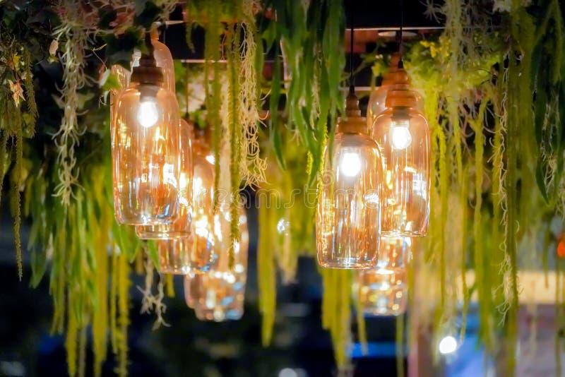 Luxusweinlese-Glaslampe mit Rebdekoration lizenzfreie stockfotografie