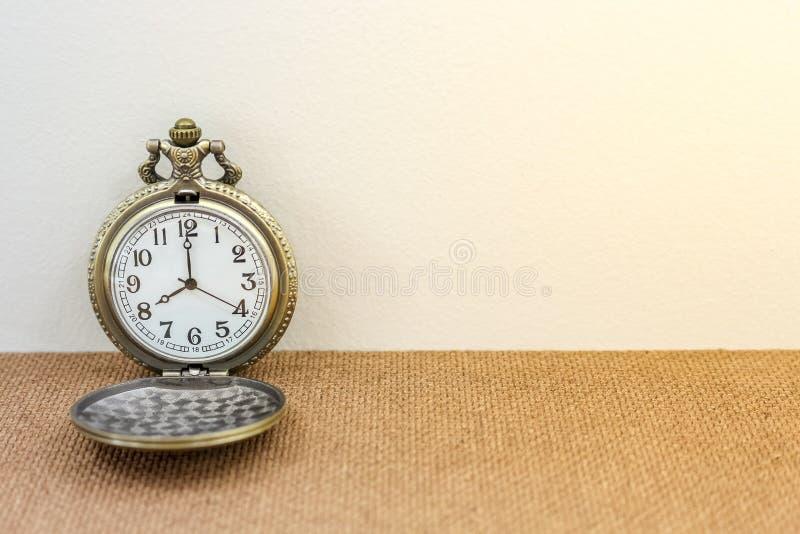 Luxusweinleseschwarz-Taschenuhr auf der hölzernen Tabelle, abstrakt für Zeitkonzept mit Kopienraum stockfotos