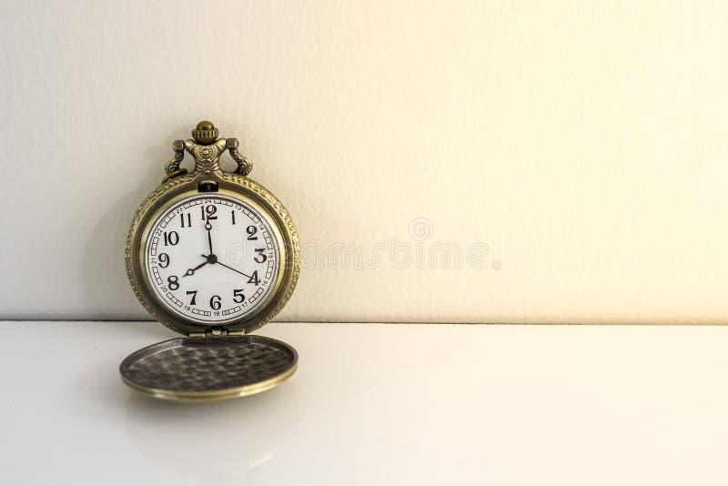 Luxusweinleseschwarz-Taschenuhr auf der hölzernen Tabelle, abstrakt für Zeitkonzept mit Kopienraum stockfotografie