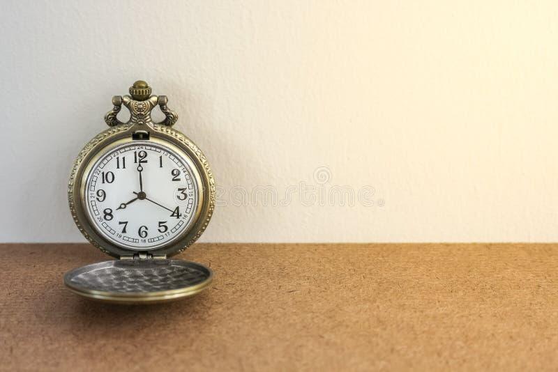Luxusweinleseschwarz-Taschenuhr auf der hölzernen Tabelle, abstrakt für Zeitkonzept mit Kopienraum lizenzfreie stockfotografie