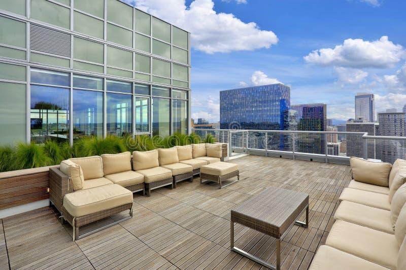 Luxuswohngebäude mit Himmelaufenthaltsraum auf die Oberseite stockfotografie