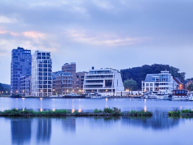 Luxuswohnungen und festgemachte Yachten beim Nieuwe Kaai am Tagesanbruch, Turnhout, Belgien lizenzfreie stockfotos