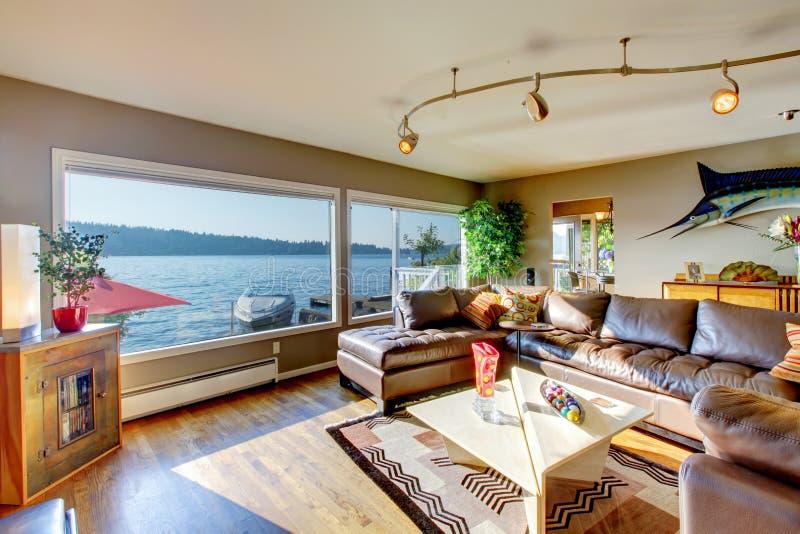 Luxuswohnzimmer, mit großer lederner Schnittcouch, Gewohnheit L lizenzfreie stockbilder