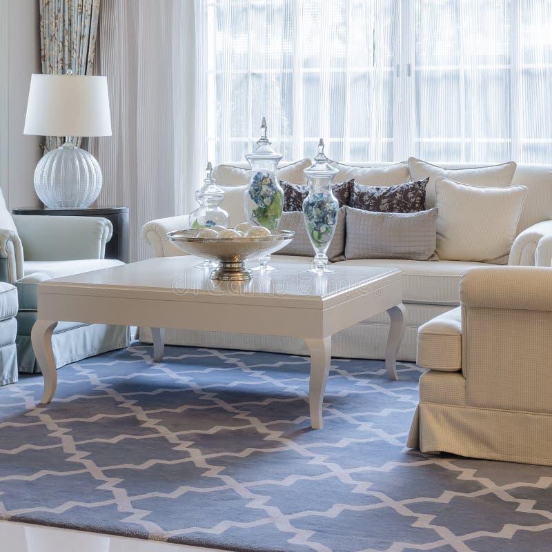 Luxuswohnzimmer mit Sofa und Tabelle stockfotografie