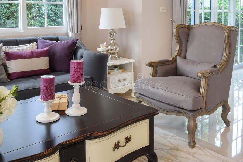 Luxuswohnzimmerdesign mit klassischem Sofa, Lehnsessel und dekorativer Tischlampe lizenzfreies stockbild