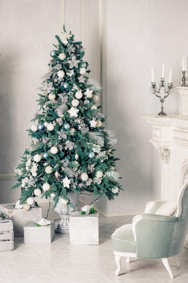 Luxuswohnzimmerinnenraum mit Sofa verzierte schicken Weihnachtsbaum, Geschenke, Plaid und Kissen guten Rutsch ins Neue Jahr, verz stockfotografie