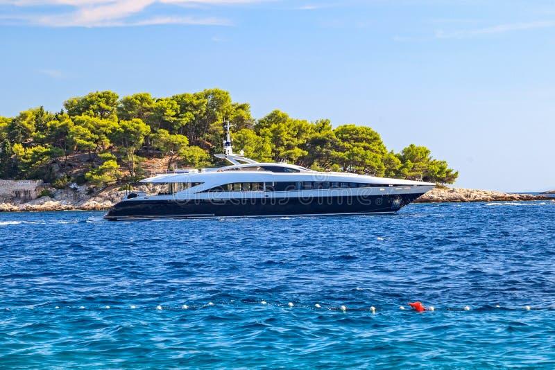 Luxusyacht auf dem Mittelmeer lizenzfreie stockbilder
