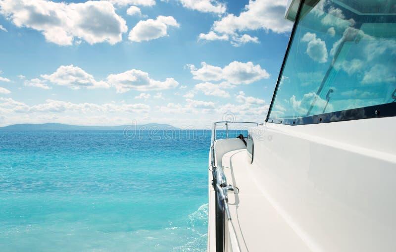Luxusyacht in dem Meer stockbild