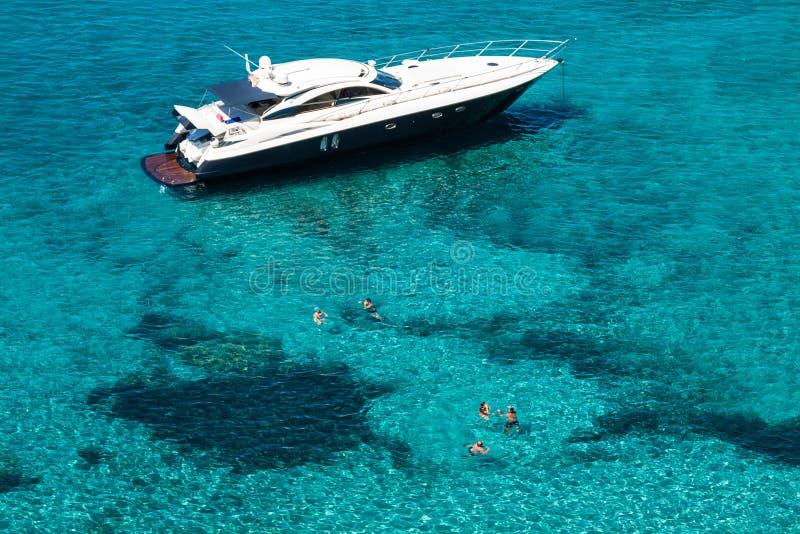 Luxusyacht in Mittelmeer B Türkis Illetes Formentera stockfotos
