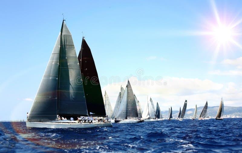 Luxusyachten an der Regatta Segeln mit dem Wind in dem Meer lizenzfreies stockbild