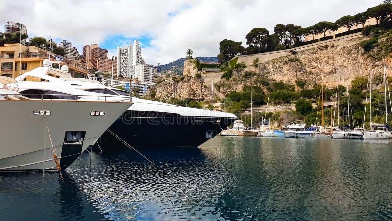 Luxusyachten und Boote angekoppelt im Nizza Hafen, Sommerkreuzfahrtreise, Erholung stockfotografie