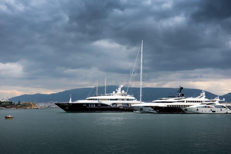 Luxusyachten und Segelboote lizenzfreie stockfotos