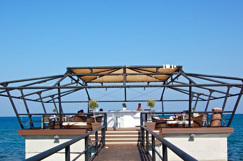 Luxuty hotell /bar vid havet i Cypern arkivbild
